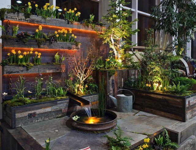 Kleinen garten gestaltungsideen holz pflanzbeh lter versteckte leuchten wasserspiel garten ideen for Garten gestaltungsideen