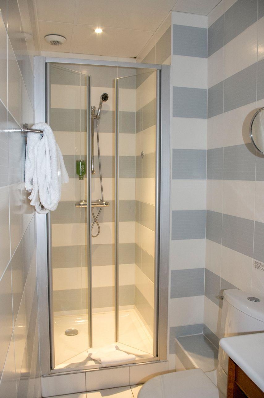 Salle de bain avec douche (chambre confort)   Présentation de l ...