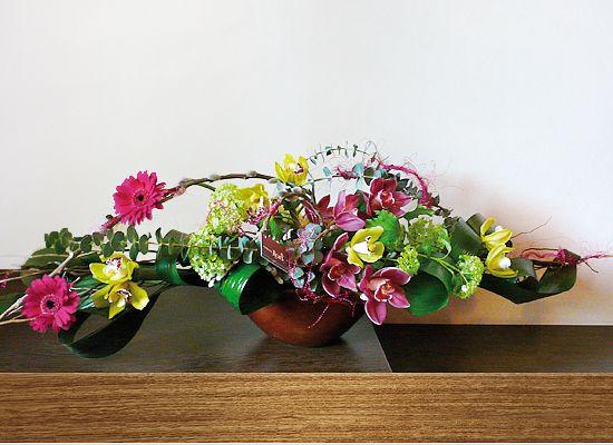 Cadoul perfect: orhidee minicymbidium, viburnum, mini gerbera, eucalypt se revarsa peste marginile unui vas ceramic