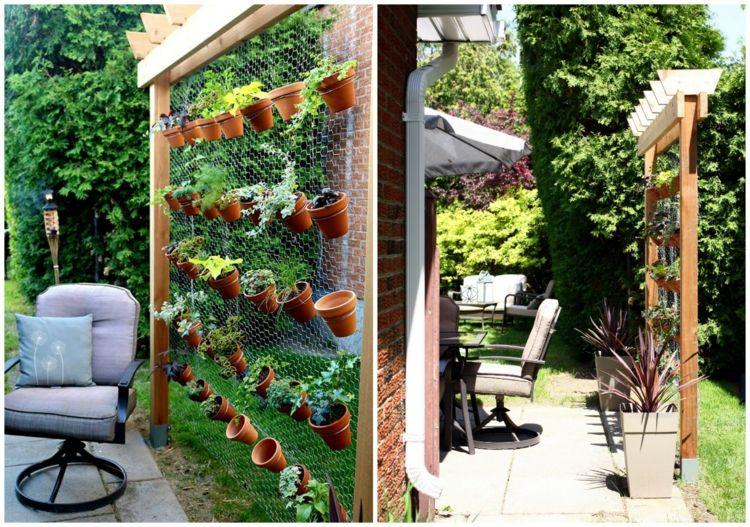 vertikalen kraeutergarten anlegen garten terrasse holzpfahl metallgitter braun terracotta topf - Krautergarten Anlegen Beispiele