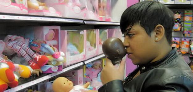 Mulher cheira cabeça de bonecas