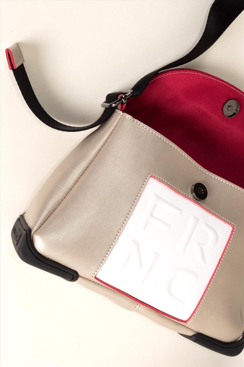 cf02a4aeffe Γυναικεία τσάντα ώμου της εταιρείας FRNC, με μία μεγάλη θήκη και μια  μικρότερη. Διαθέτει