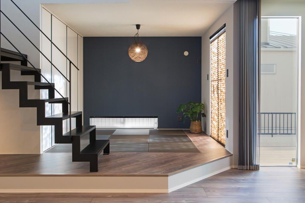 和室 ネイビーのクロスや照明等 Ldkと相性の良い和モダンな畳スペース スキップフロアの立体感が空間にメリハリを与えてくれます 和モダン 内装 シンプルモダン 内装 和室 照明 おしゃれ