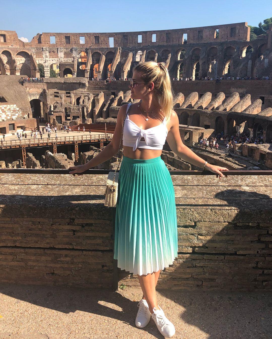 """Brenda Queiroz on Instagram """"O Coliseu é incrível  A gente viaja imaginando tudo que já aconteceu la dentro, né ! Parada obrigatória aqui em Roma  Comprem o ticket…"""" is part of Fashion - 4,629 Likes, 80 Comments  Brenda Queiroz (@queirozbrenda) on Instagram """"O Coliseu é incrível  A gente viaja imaginando tudo que já aconteceu la dentro, né ! Parada…"""""""