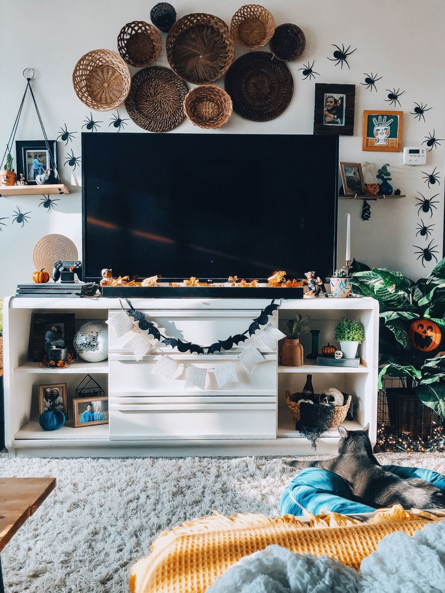 Halloween Apartment Tour is up! 🕷 >>> jordancashen.com! •• #halloweendecor #halloween #october #halloweendecorations #spookyseason #diyhalloween #dollarstorehalloweendecorations #dollartreefinds #bohostyle #eclecticdecor #bohohalloween #colorfuldecor #eclectichome #diyhomedecor #diy #halloweenideas #boholivingroom #hyggehome #urbanjungle #cozyhome