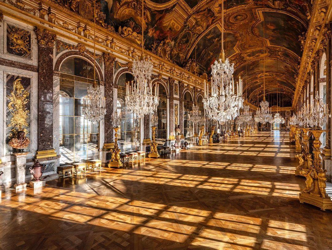 🇫🇷Coucher de soleil dans la Galerie des Glaces // 🌍Sunset in the hall of  Mirrors #chateaudeversailles #pala… | Palace of versailles, Versailles,  Hall of mirrors