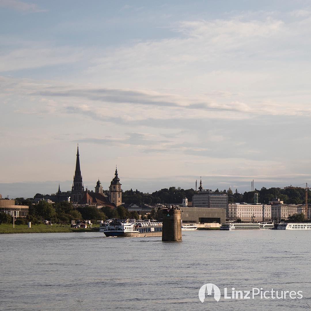 Skyline  . . . . . #linz #skyline #igerslinz #austria #view #donaupark #riverdanube #donau #europe #travel #linzpictures #linzer #nobridge #swimsuit #swimming #igersoftheday #pictureoftheday #moments #mood #running #training #green #sky #wanderlust #lifestyle #upperaustria #österreich