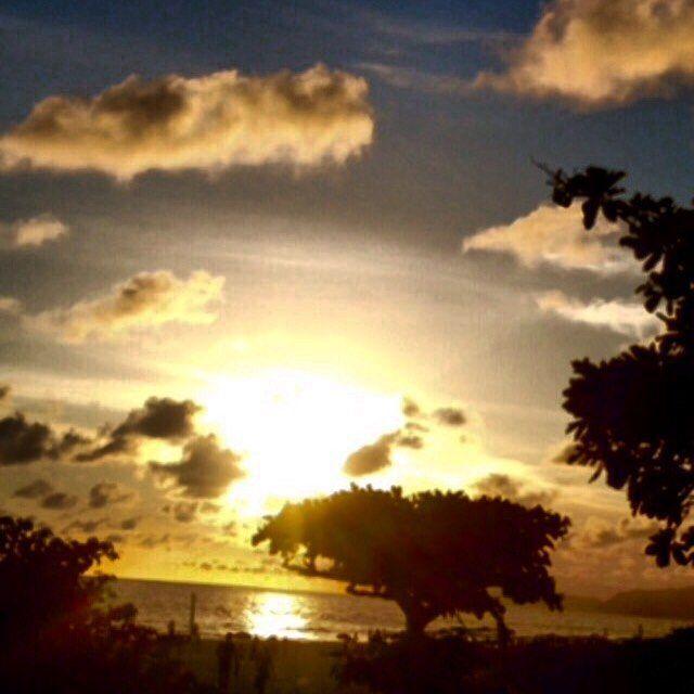 Está bonito, está bonito e está bonito hein #riodejaneiro ?  #dourado #sol#noite#sunset #brilho #errejota #bethvalentimpelomundo #pelomeucaminho #lugares #orlacarioca #brasil #instabrasil #instagood #eua #asia #europa #cariocandonorio #anoitecendo#rj40graus #nadaigual #natureza #magnifico #olharmagic #peaceful #paixão #time
