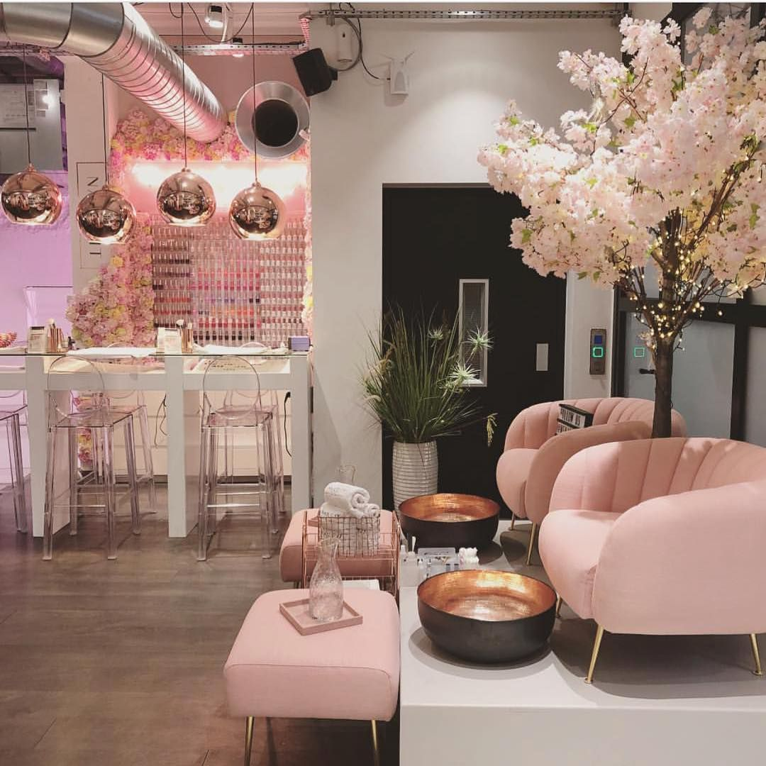 Step inside oxford street ❤️  Salon de uñas, Decoración para