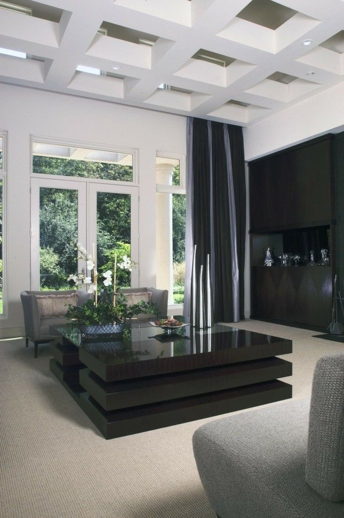 Deckengestaltung Im Wohnzimmer Ausgefallener Couchtisch Und Pflanzen