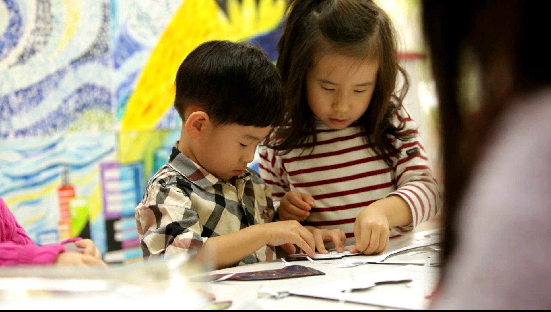 미술학원에서 키난빌 '반짝반짝 내맘대로 스티커'를 사용하고 있는 활동 모습