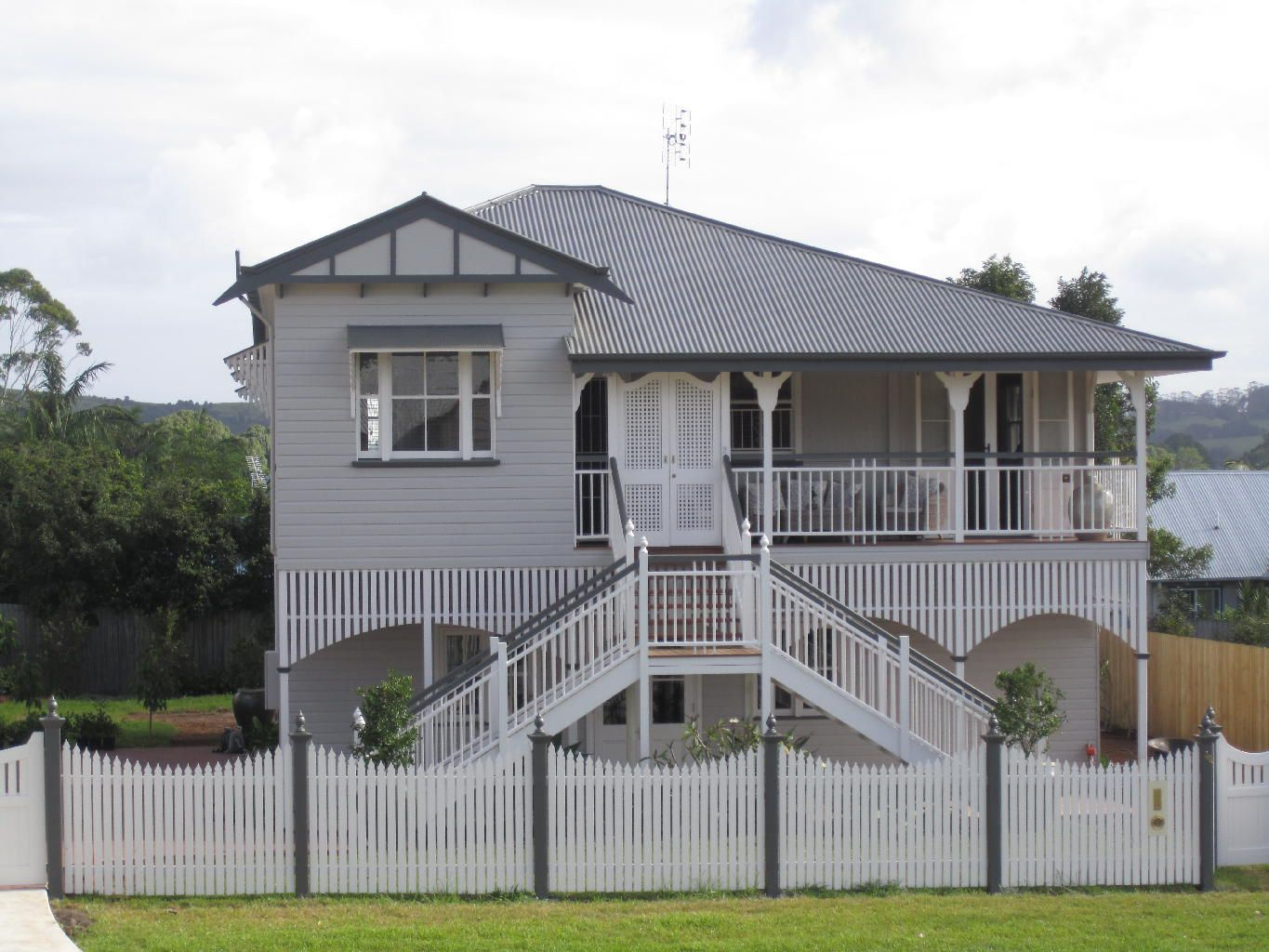 Front stairs queenslander google search outside for Queenslander exterior colour schemes