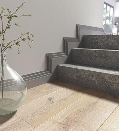 Une Serie De Plinthes Hautes Et Legerement Moulurees Viennent Apporter Du Cachet A Un Banal Escalier Il Deco Maison Decoration Interieure Idee De Decoration