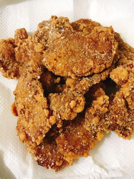 用腰內肉來炸,腰內肉本身肉質很軟嫩無需拍打斷筋,若是用里肌肉記得拍打斷筋口感會比較好喔! 食材: 腰內肉 (切片)500g 蒜頭(拍碎)4-5瓣 青蔥(切小段)1-2株 米酒 1大匙 醬油 3大匙 糖 2大匙 作法: 步驟1、腰內肉洗淨瀝乾切片,蒜頭拍碎,青蔥切小段,放入鍋子加入醬油、米酒、砂糖醃3-4小時(醃越久越入味喔!) 步驟2、取出醃好的肉,裹上木薯粉放著靜置數分鐘讓粉反潮(反潮再入鍋炸會讓粉不易脫落) 步驟3、取ㄧ炸鍋,放入適量油,開大火熱鍋,拿一雙筷子插入起泡後轉中大火開始炸(炸至表面金黃,約2-3分鐘後再轉大火高溫逼油10秒即可!)