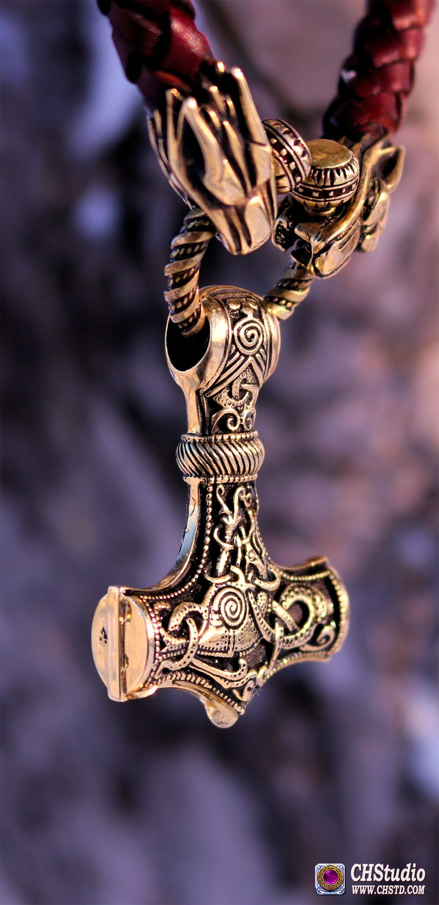 A magnificent jewel, throughout you feel its power! It is an outstanding craftmansship and a fantastic handling of bronze! I love it!!! You can place orde in our store www.chstd.com #mjolnir #handmadejewelry