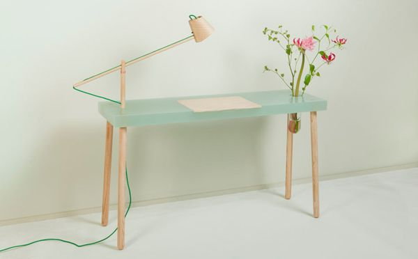 さりげなく花を飾って楽しみたい、ライティングテーブル − ISUTA(イスタ)オシャレを発信するニュースサイト