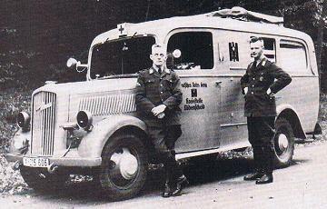 Ein Opel-Blitz war das erste Kfz des Lüdenscheider DRK, stolz präsentieren sich zwei Helfer, 1940