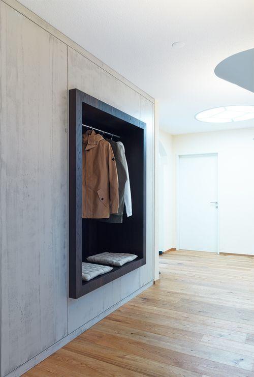 Garderobe aus Holz und Beton