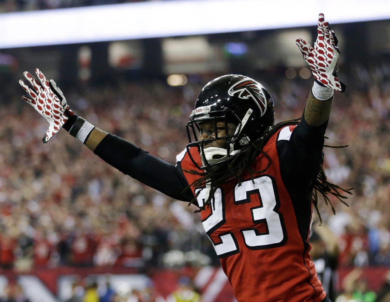 Atlanta Falcons Dunta Robinson Celebrates After Stripping The Ball From San Francisco 49ers Michael Crabtree Football Nfc Championship Game Football Helmets
