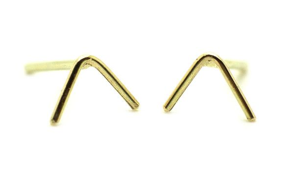 Minimalistic 14ct yellow gold triangle earrings | Handmade & Fairtrade | Nanini Jewelry Amsterdam