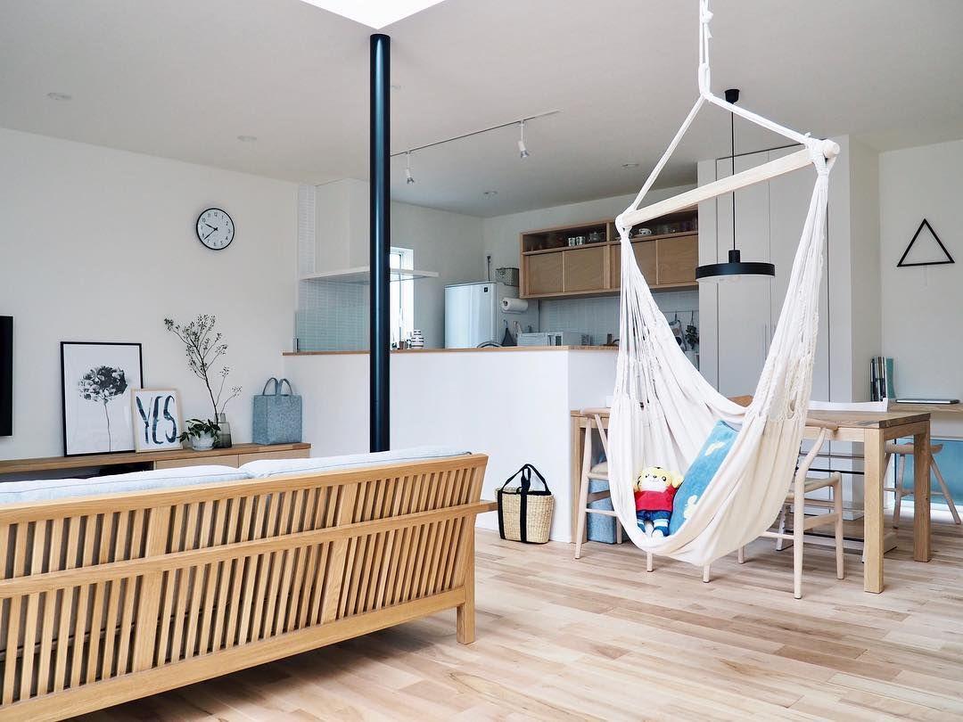 座る場所の多い家 リビングとダイニングの間仕切りのような位置にある