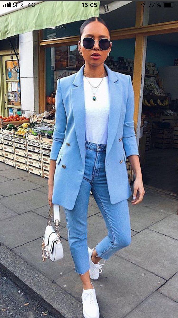 Chica usando jeans apretados, tenis y saco de color azul