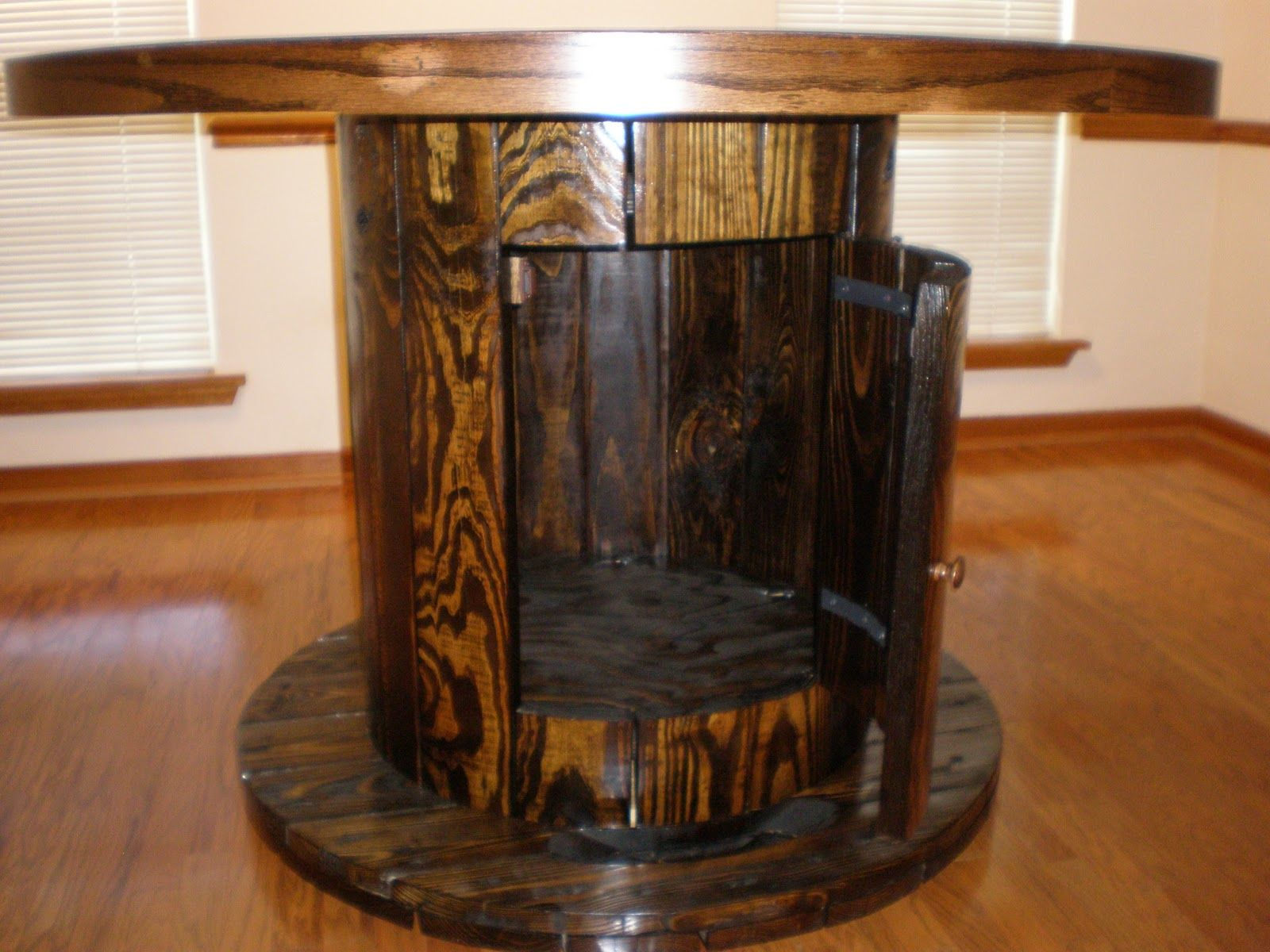 Wood wire spools cable spool table projects to try for Wooden cable reel ideas