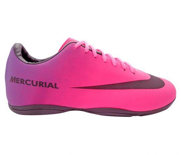 Chuteira Futsal Nike Mercurial Roxo e Pink - Cabedal confeccionado em material sintético. Conta com fechamento em cadarços e etiqueta interna. Traz o logotipo da marca nas laterais e no solado. Oferece forro em material sintético com reforço a...