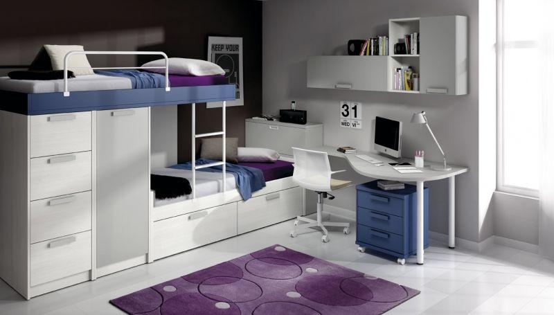 Kids room en muy poco espacio dos camas armario cajones for Muebles poco espacio