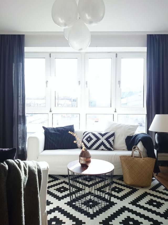 Charmant Blau Weiß: Dieses Gemütliche Wohnzimmer Ist Mit Einem Mix Aus IKEA Möbeln  Und Einzelstücken Eingerichtet. #ikea #weißessofa #blaue #gardine  #fensterfront ...