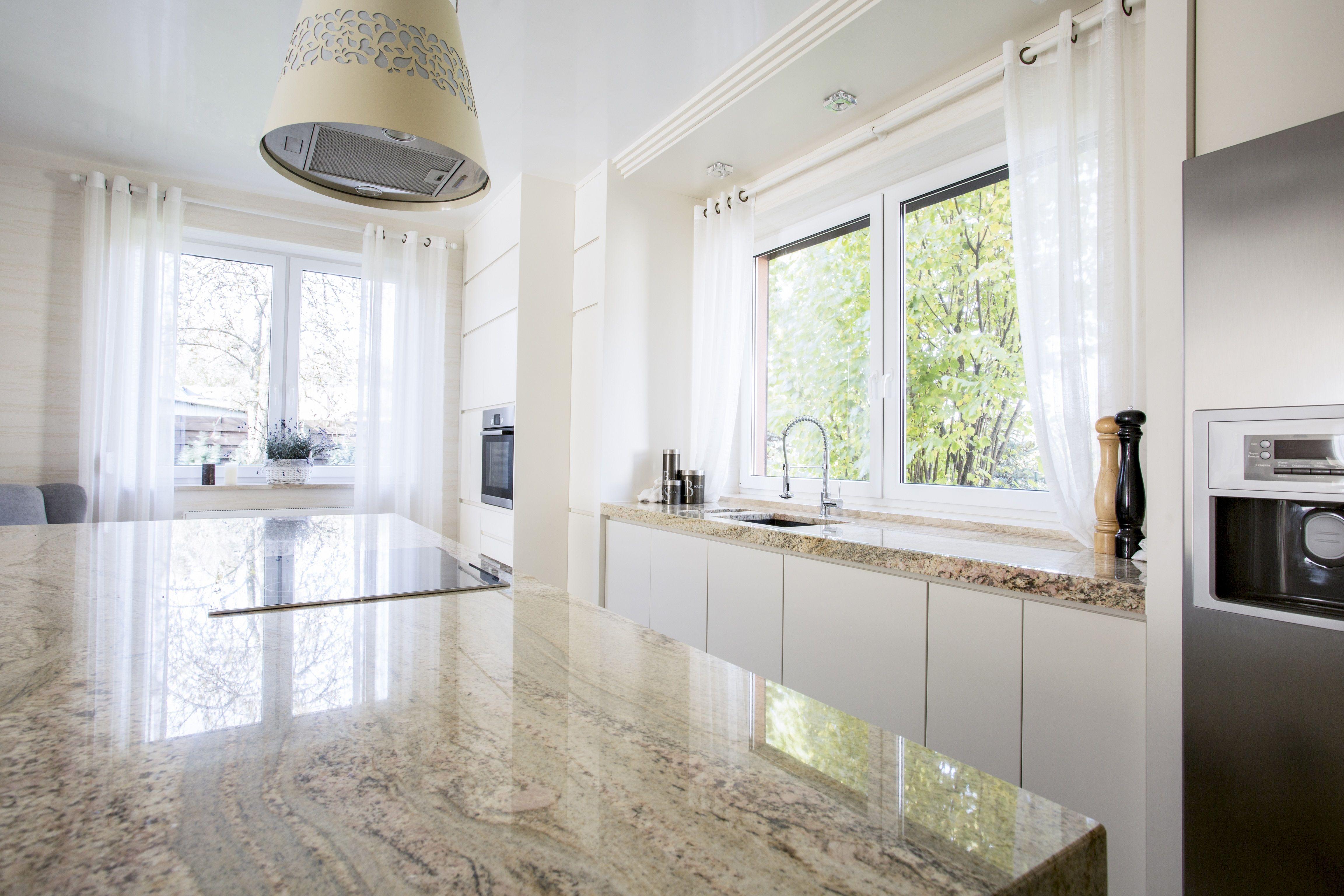 Piekna Otwarta Biala Kuchnia Z Marmurowym Blatem Przy Wyspie Kuchennej Zestaw Bialych Drewnia Kitchen Design Gallery Kitchen Design Kitchen Design Pictures