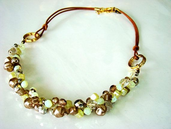 Collar de moda hecho con cristales hilo de algodon y por Bluenoemi, $75.00