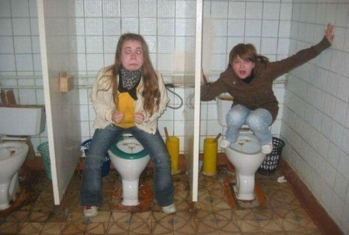foto-telok-obsikayut-v-tualetah