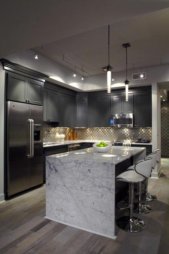muebles de color gris en la cocina con una isla central con mármol
