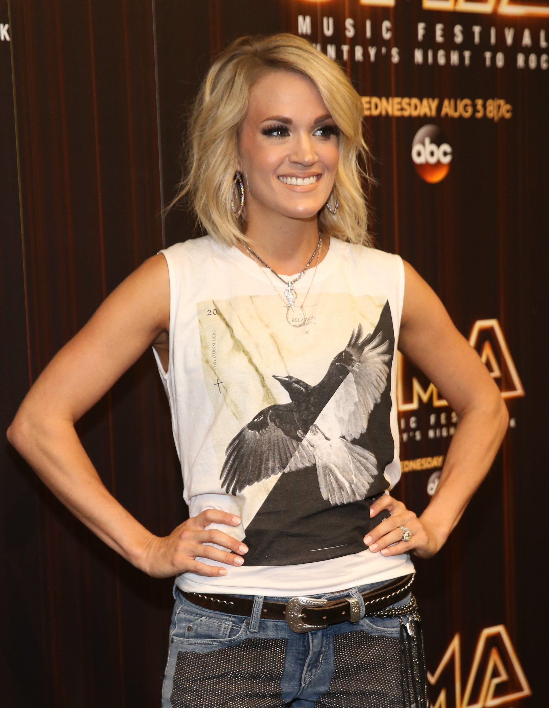 Carrie Underwood Shows Leg Cma Music
