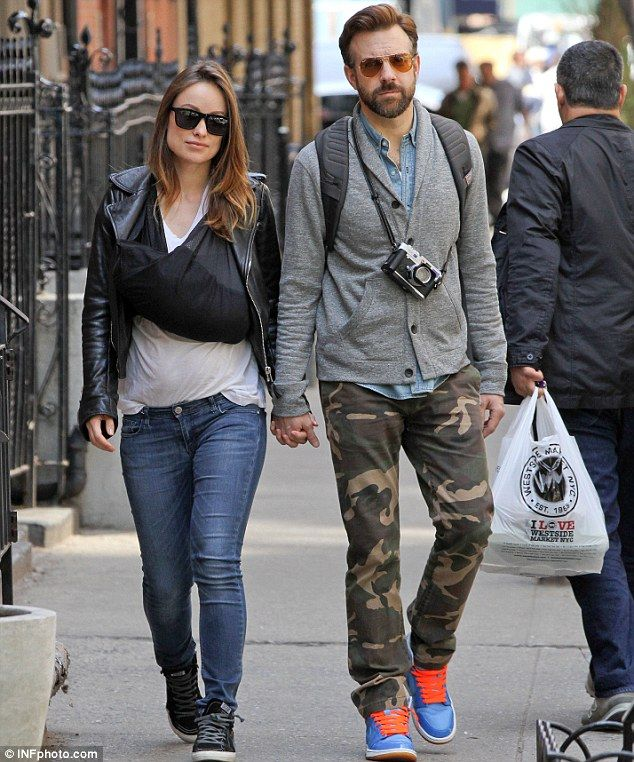 Baby Love Jason Sudeikis And Olivia Wilde Take A Stroll In New York City With Their Baby Son Otis In A Sling On Olivia S Organic Cotton Baby Carrier Chic Kids