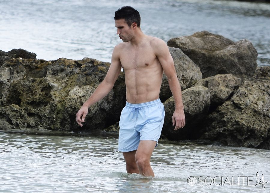 Robin van persie shirtless 07152014 lead01 900x644g 900644 shirtless soccer stud robin van persie shows off his body in barbados socialite life voltagebd Images