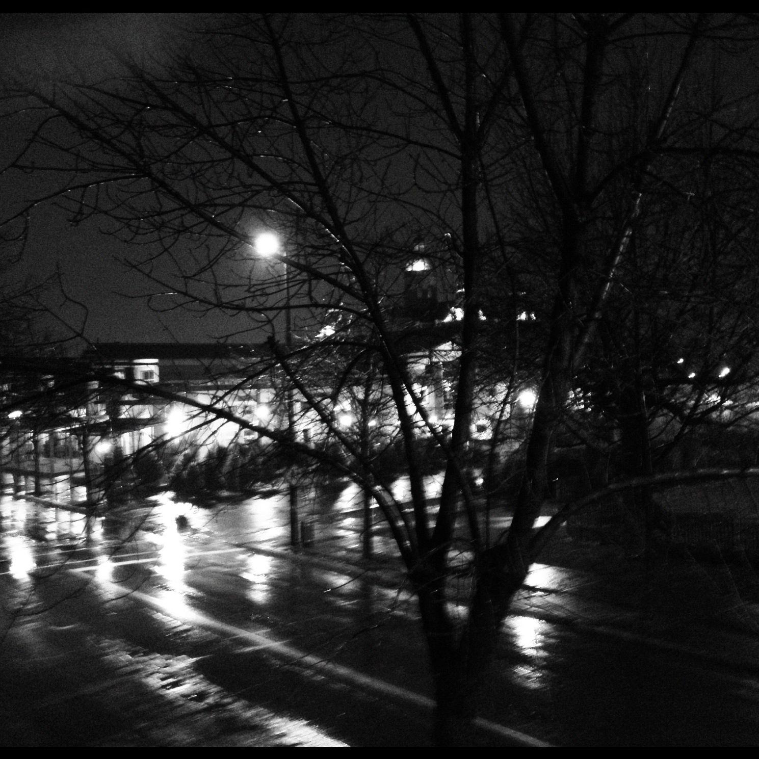 Montréal nuit sous la pluie
