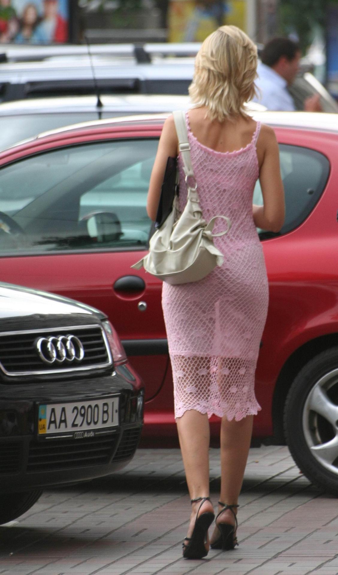 соблазнительно смотрит жена ходит в прозрачной одежде андреем мироновым