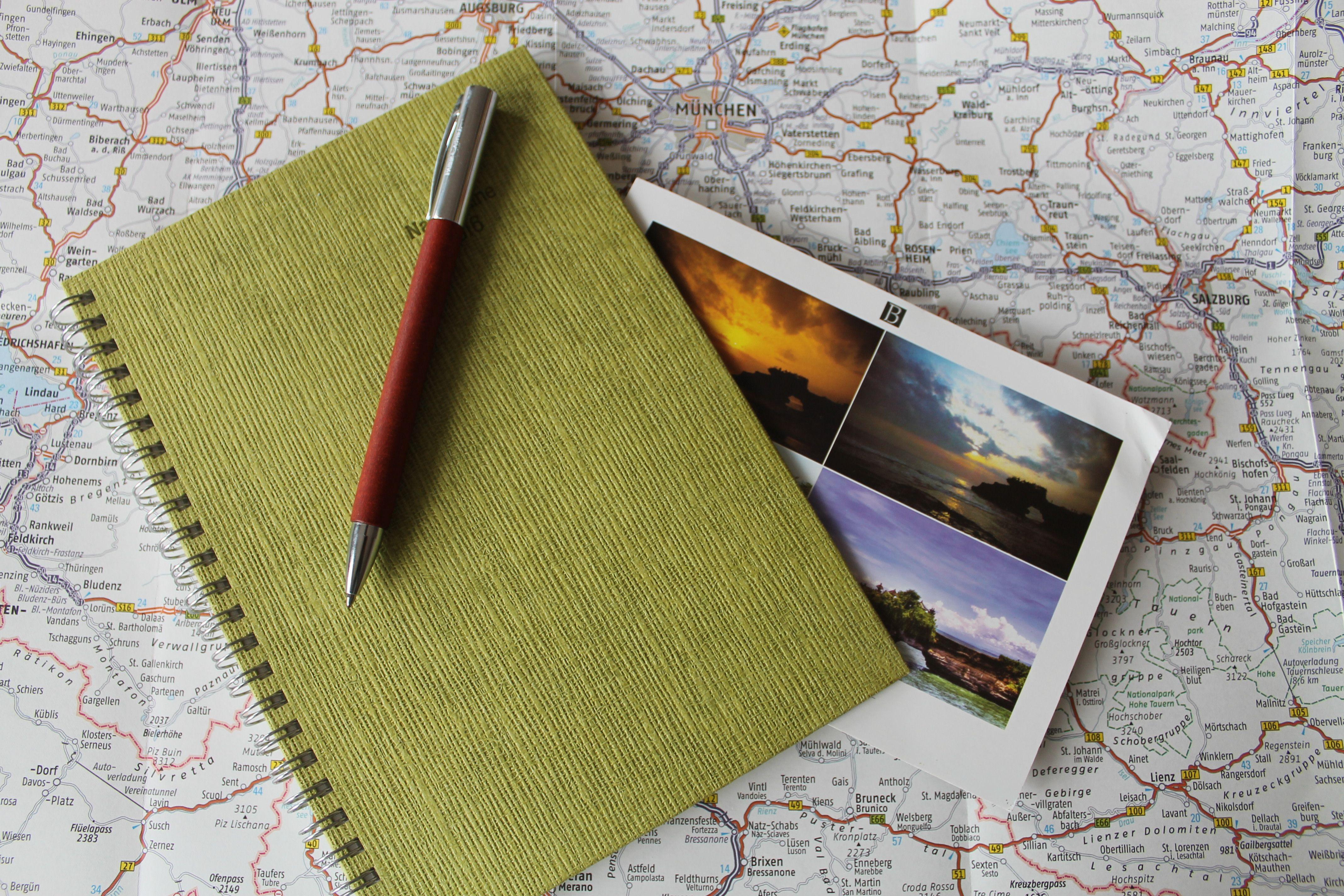 Nutze ein Reisetagebuch für deinen nächsten Familienurlaub. Die ganze Familie kann hier ihre Eindrücke auf besondere Weise festhalten.