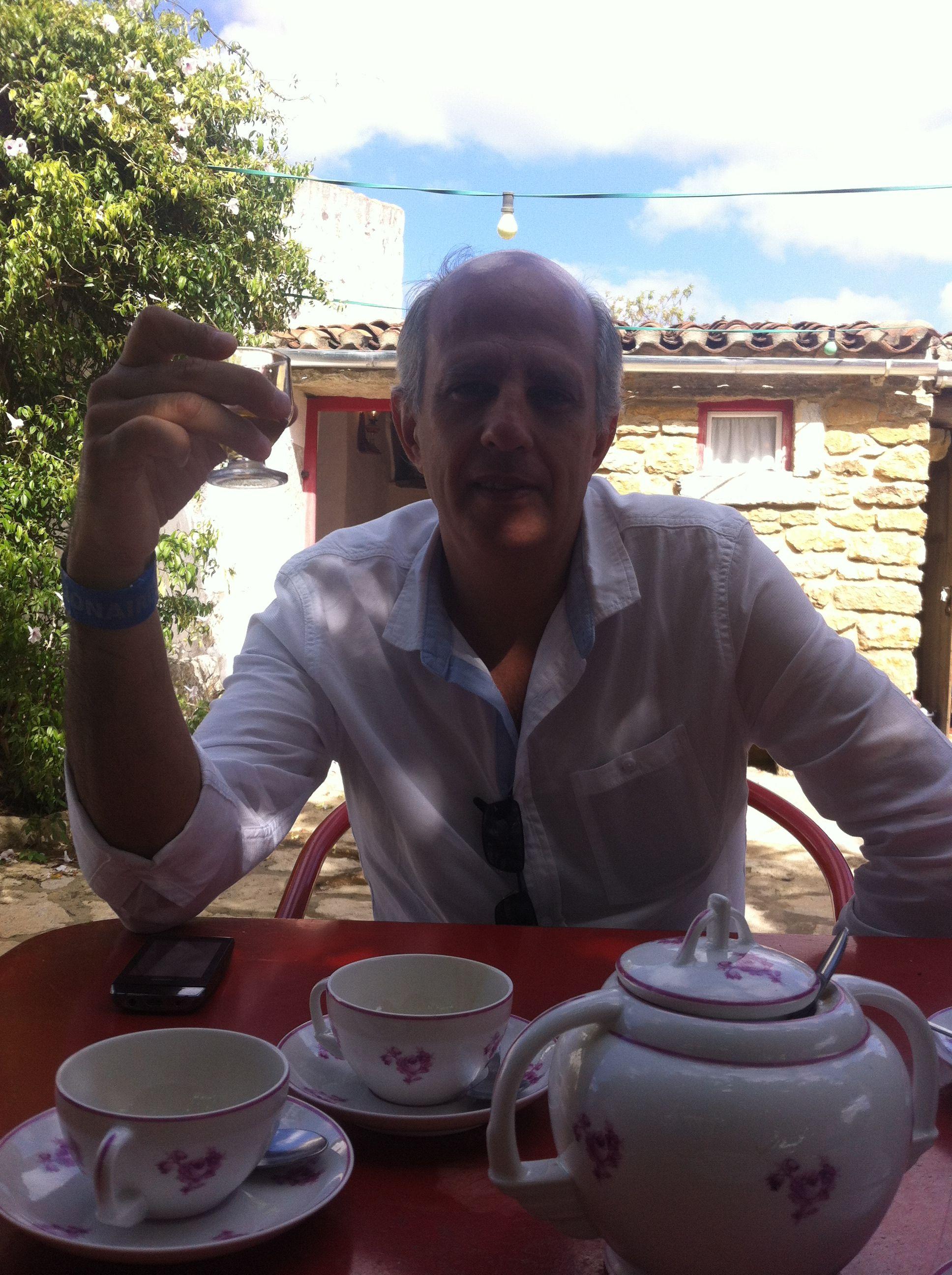 O Carlos, o café servido num bule em chávena de porcelana e um Licor de Hortelã 5* na Aldeia da Mata Pequena, Mafra!