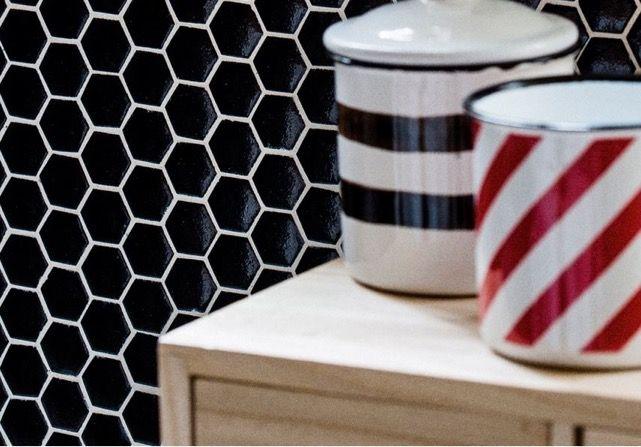 Abre las puertas a la decoración sensorial, al movimiento dentro de lo estático con este innovador mosaico de vidrio de color negro. #arquitectura #diseño #interiorismo