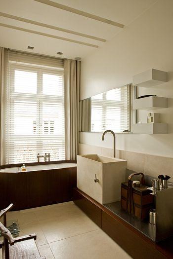 Micro espace  baignoire avec douche intégrée (plancher rabattable