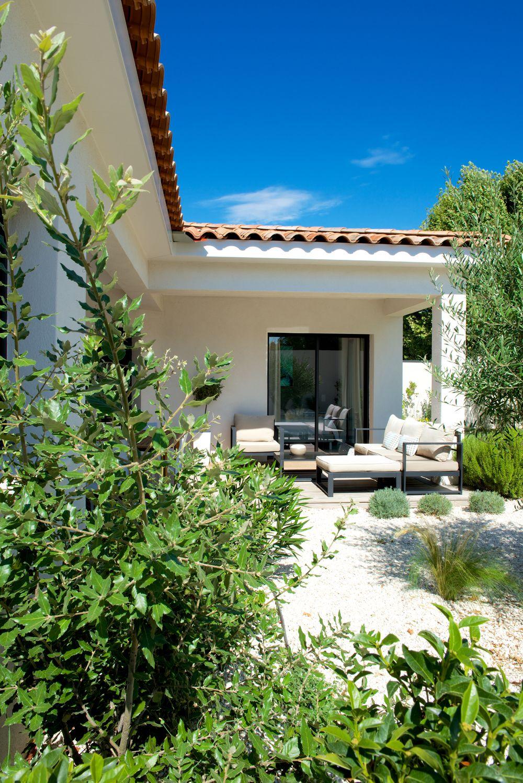 Mas provence villa ligne contemporaine une villa en l de plain pied en 2019 maison mas - Voir ma maison en direct ...