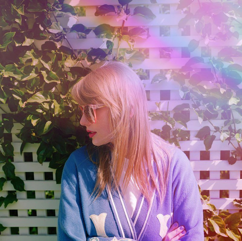 """Taylor Swift sur Instagram: «En raison de la migration des papillons dans le sud de la Californie, je vais peut-être rester dehors jusqu'à ce que je rentre à l'intérieur pour les récompenses @iheartradio. 🦋🥰 """"   – Taylor Swift ❤"""