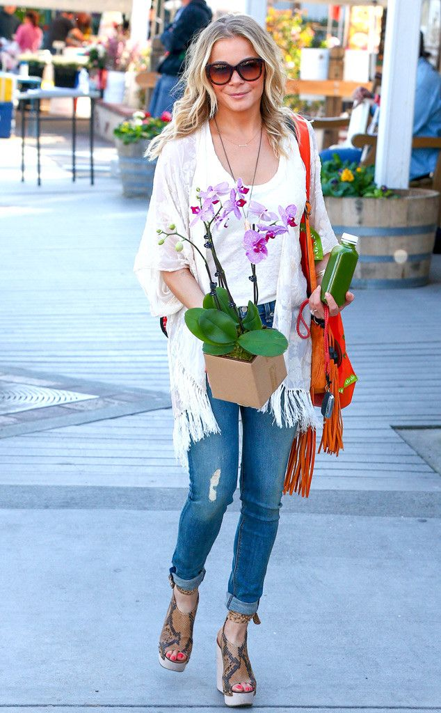 LeAnn Rimes, in chunky sunnies with gradient amber lenses, snagged two of our fave things: an orchid and fresh green juice! Love it!