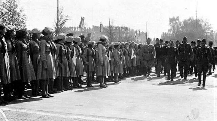 ملك العراق غازي بن فيصل الأول بأستقباله فتيات الكشافه البصره 1938 Historical Figures Historical Photo
