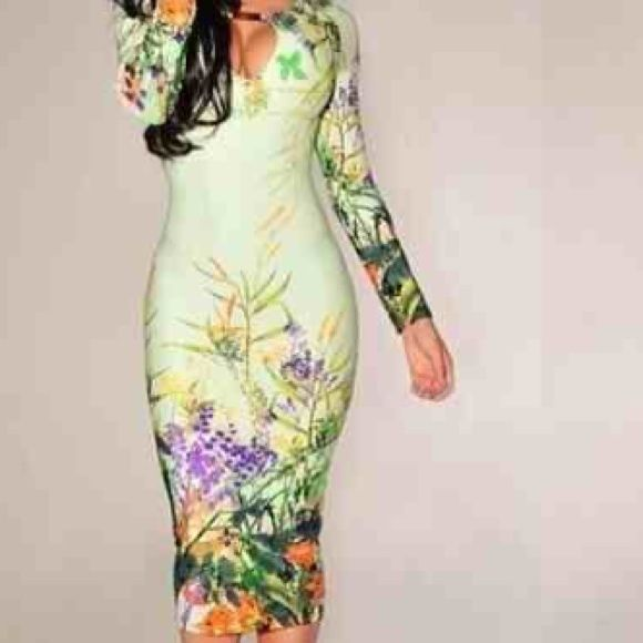 New fitted pencil dress in medium & larges We have 3 in stock. Cute new green pencil dress. Comes in medium & large. Has great stretch Dresses