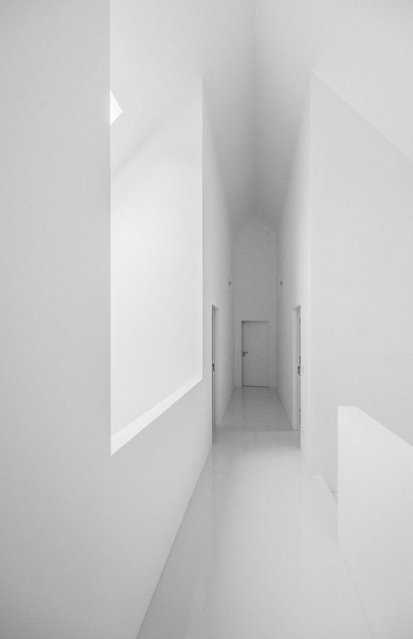 Minimalist Hotel Room: Stark White Minimalist Hotel Perfect For Relaxation