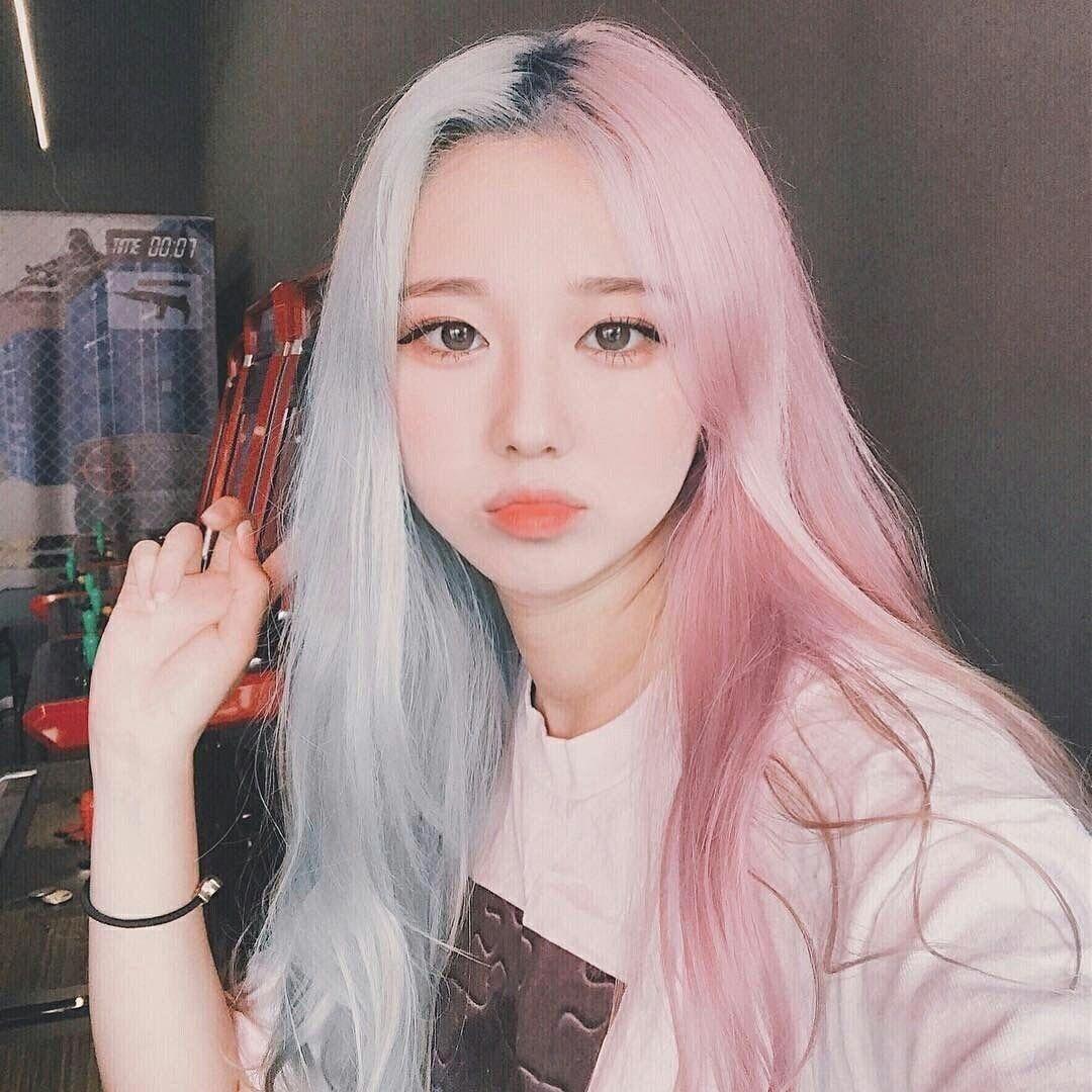 Split Dye E Girl In 2020 Pink Hair Dye Pink Hair Streaks Aesthetic Hair